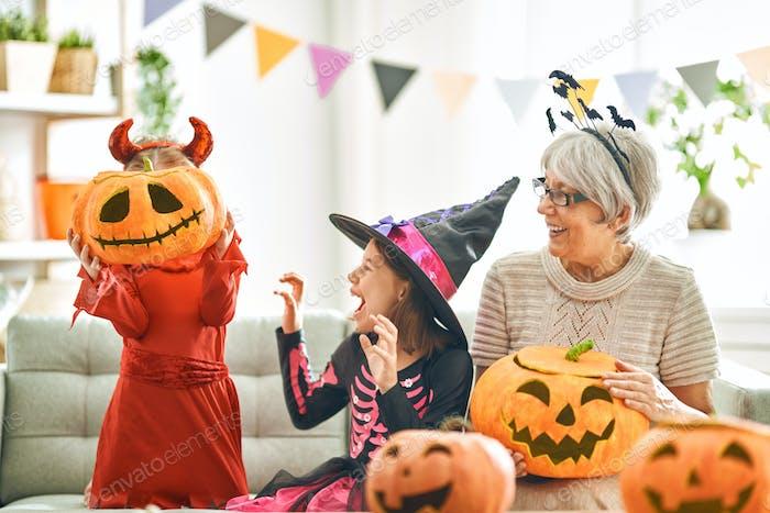 Familie feiert Halloween