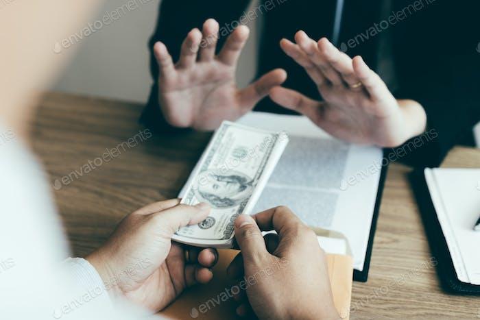 Empresario que se niega soborno dinero dado por socio con el concepto de corrupción contra soborno.