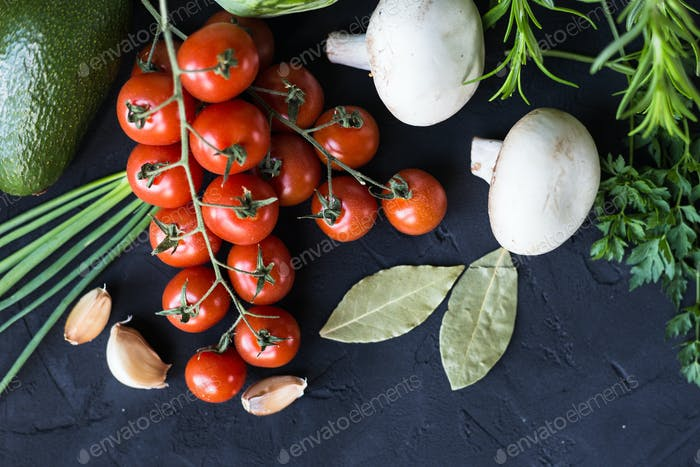Frisches Gemüse: Kohl, Avocado, Tomaten, Rosmarin, Knoblauch, Pilze, Lauch
