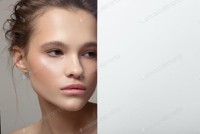 Nahaufnahme Mode Porträt der schönen Frau. Weißes Papier Blank.