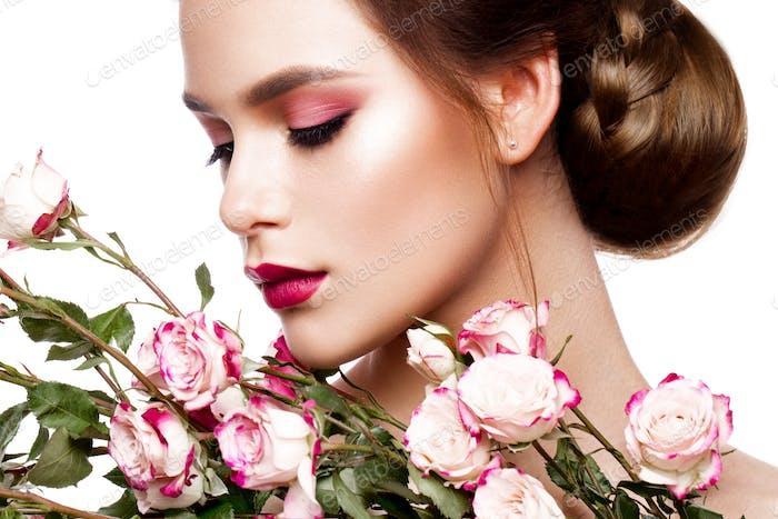 Porträt von jungen schönen Frau mit stilvollem Make-up