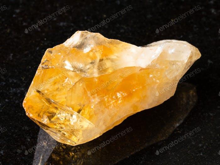 roher Kristall von Citrin Edelstein auf schwarz