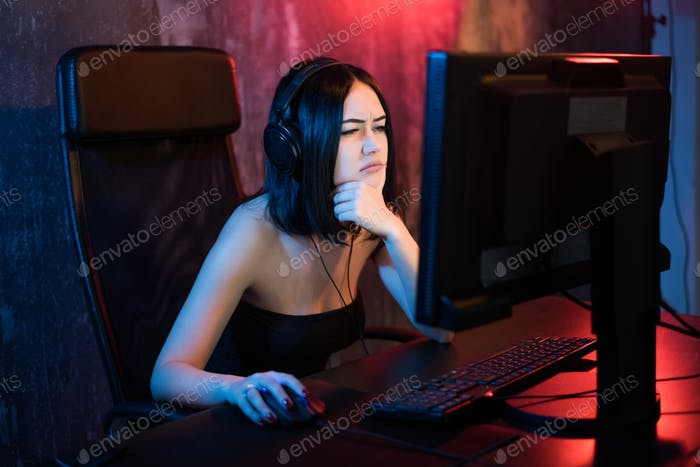 girl beginner gamer look with perplexity