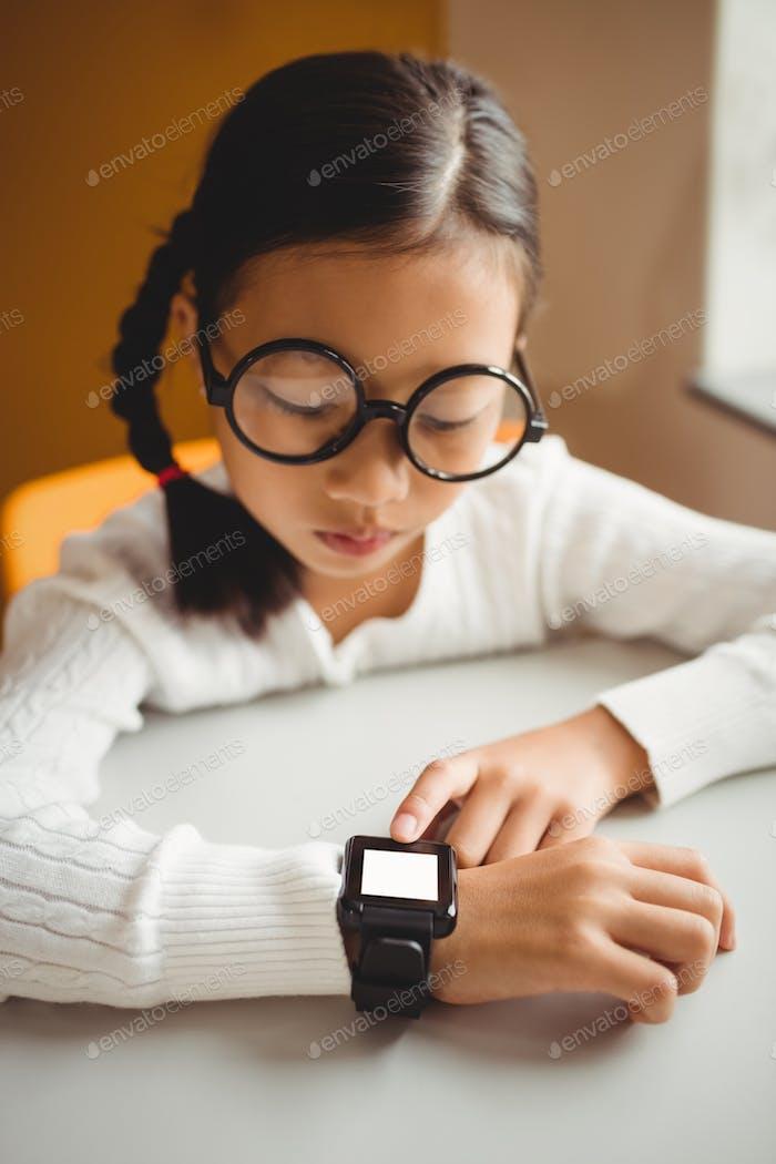 Школьник носит умные часы