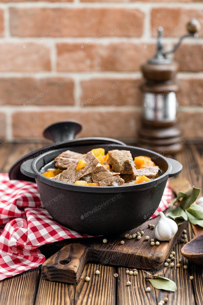 Köstliches geschmortes Rindfleisch in Brühe mit Gemüse, Gulasch