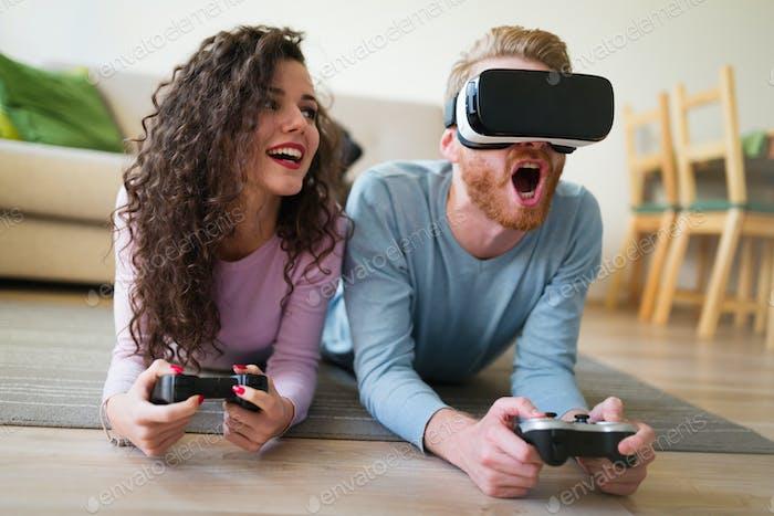 Paar mit Spaß spielen mit VR