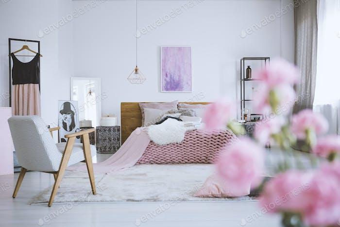Flores en elegante dormitorio rosa