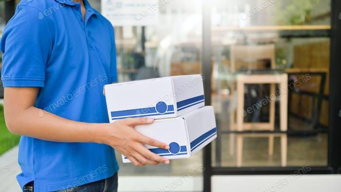 Der Beamte liefert das Paket an den Kunden nach Hause.