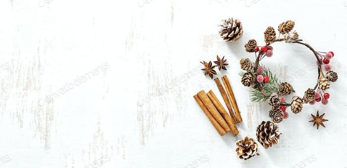 Композиция классических рождественских украшений