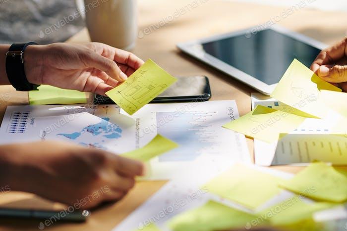 Бизнес-команда проверяет наклейки с идеями