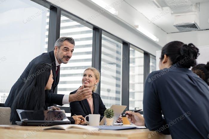 Hombre de negocios explicando nuevas ideas de negocio a sus compañeros.