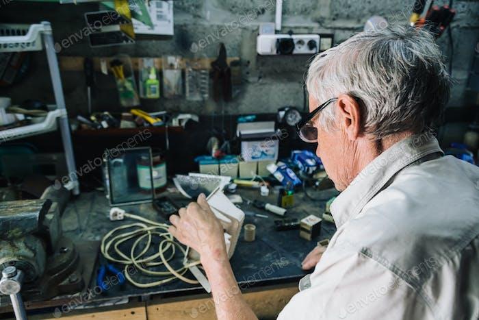 Старший инженер, работающий в гараже