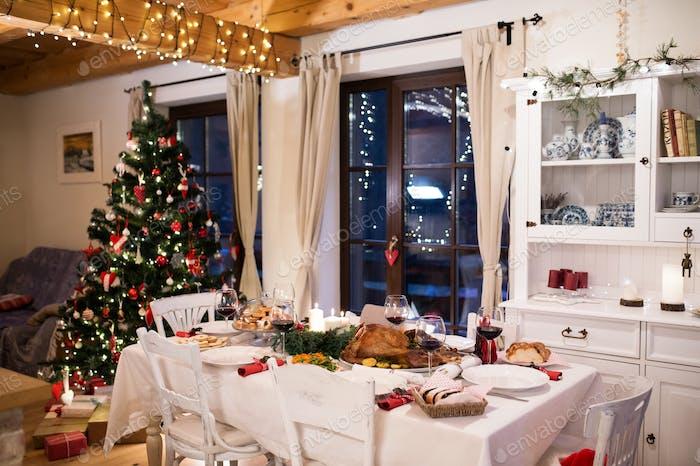 Weihnachtsmahlzeit auf dem Tisch im dekorierten Speisesaal gelegt.