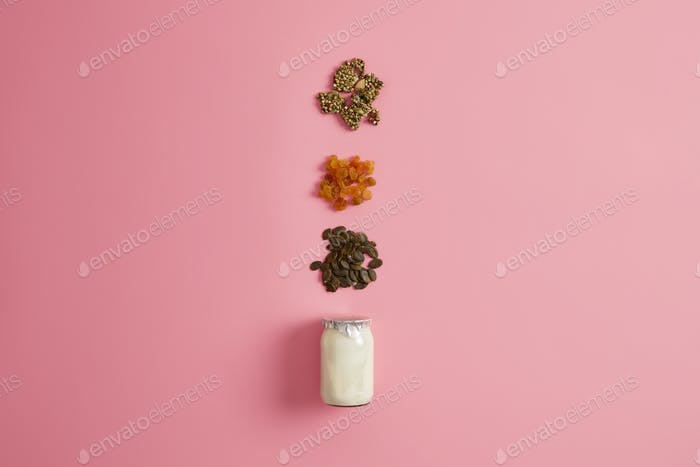 Ингредиенты для приготовления питательной быстрой закуски. Йогурт, сухофрукты и семена тыквы, чтобы сделать или