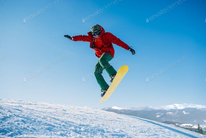 Snowboarder macht einen Sprung auf Speed Hang