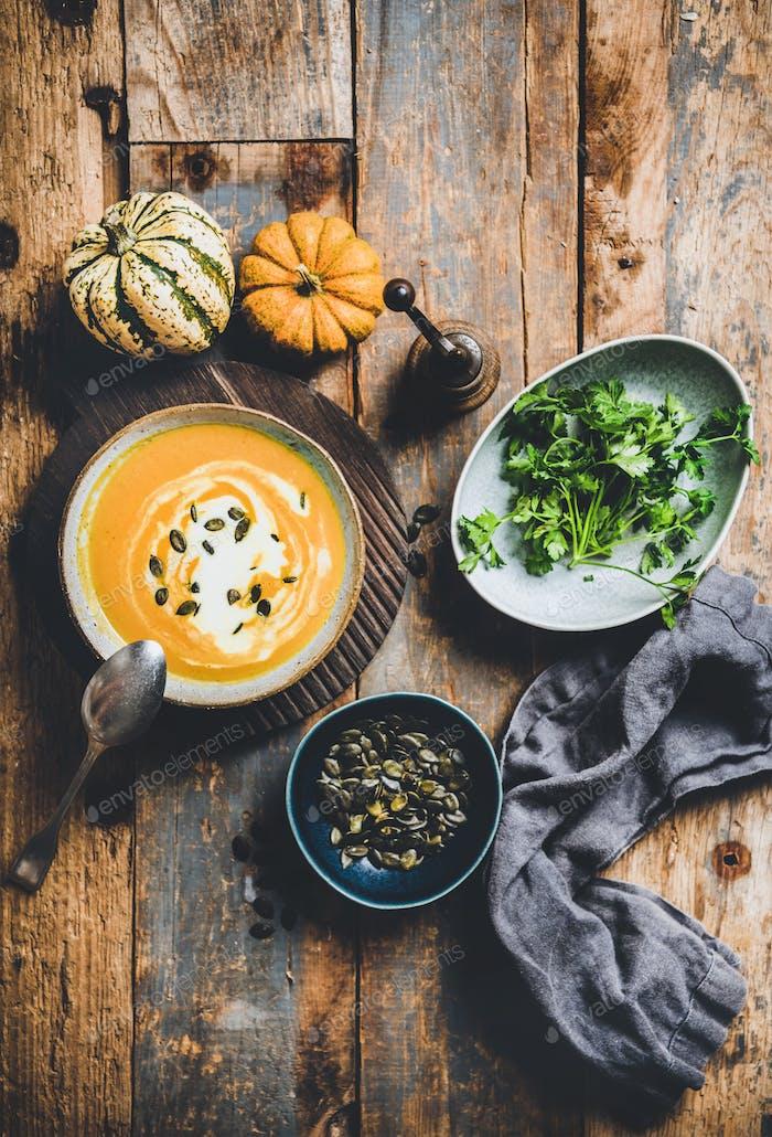 Flach-Lay von Herbst wärmende Kürbissuppe in Schüssel