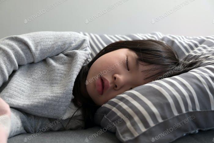 Kind Mädchen schlafen auf Bett