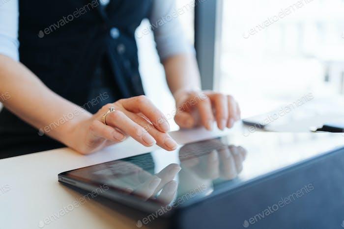 Mujer dedos escribiendo inscripción en la tableta digital