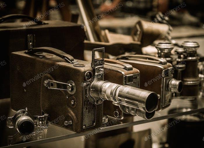 Vintage-Kameras und Objektive auf einem Regal