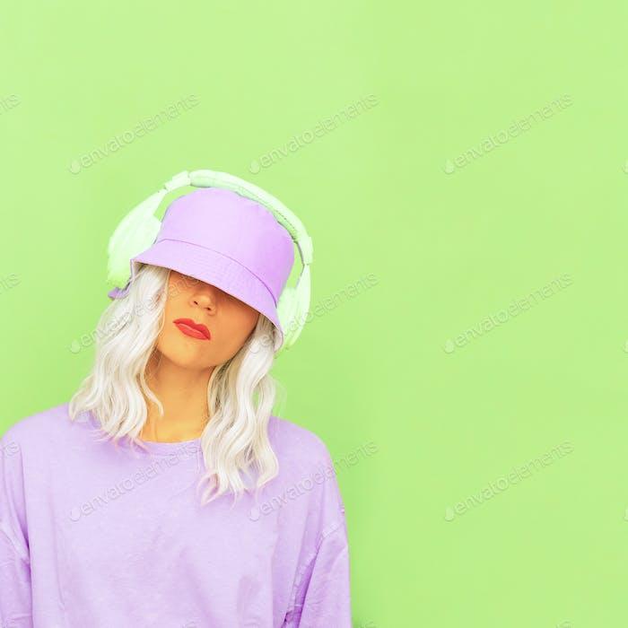 Hipster Dj Girl en auriculares elegantes y sombreros de cubo. Tendencias de diseño de colores monocromáticos mínimos