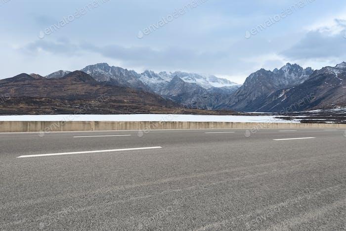 empty road in tibet plateau