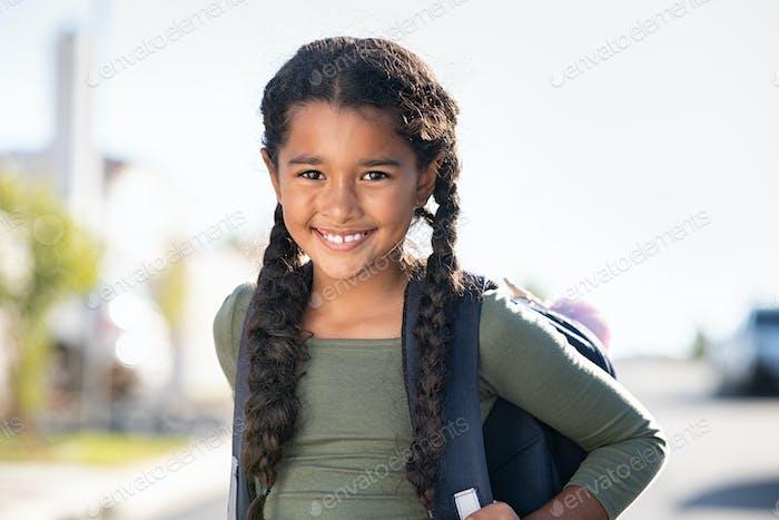 Lächelndes Grundschulmädchen mit Rucksack