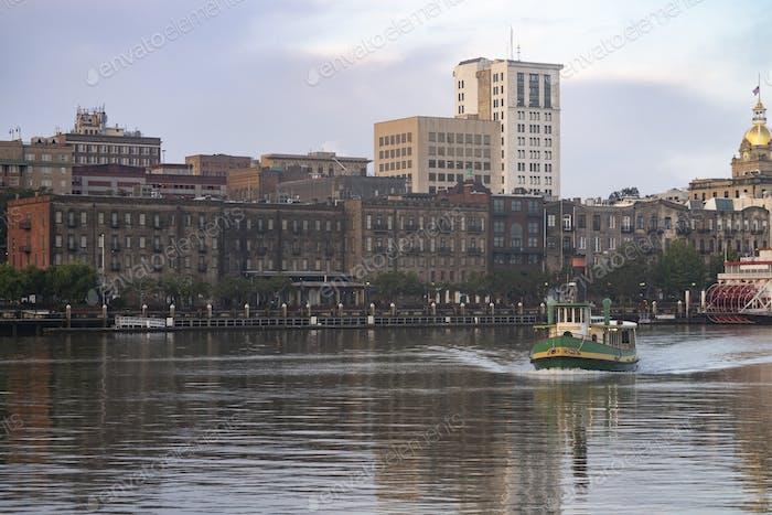 Ein leeres Fährschiff bewegt sich planmäßig über den Fluss in Savannah
