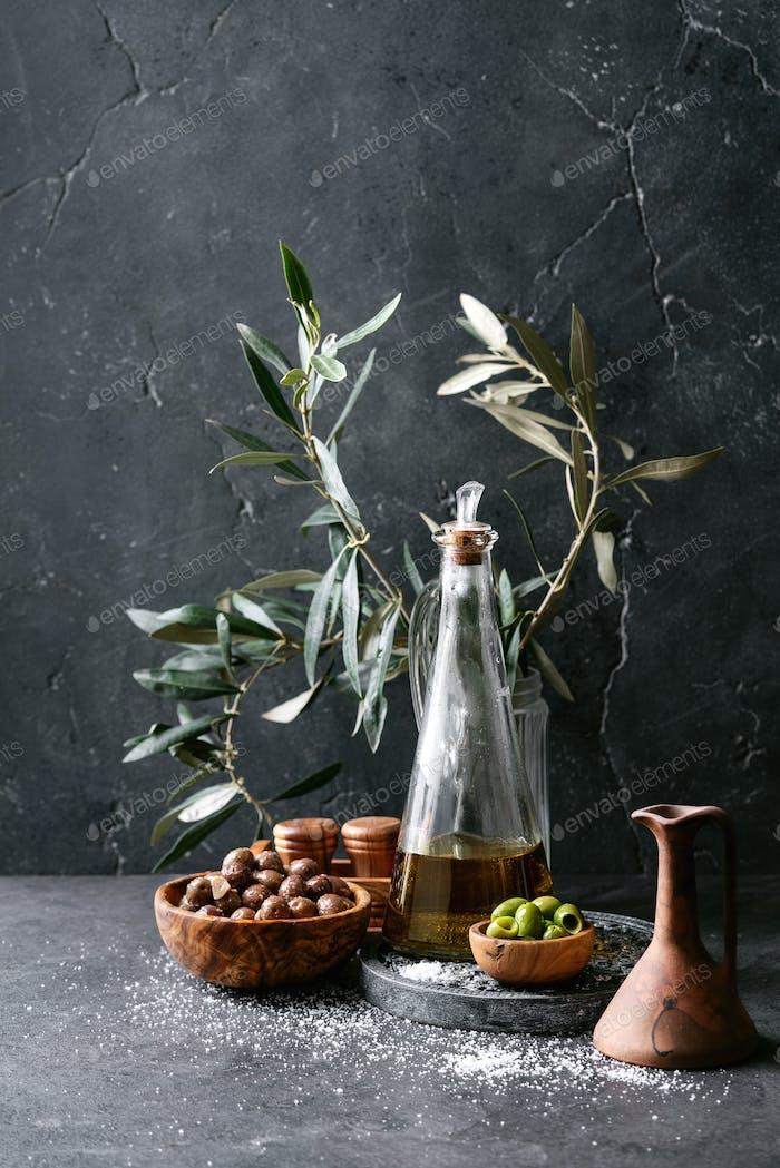 Grüne Oliven in Holzschale