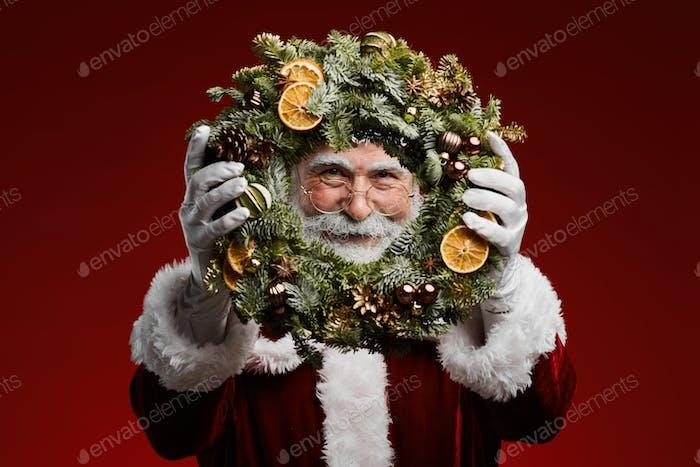 Weihnachtsmann Holding Weihnachtskranz