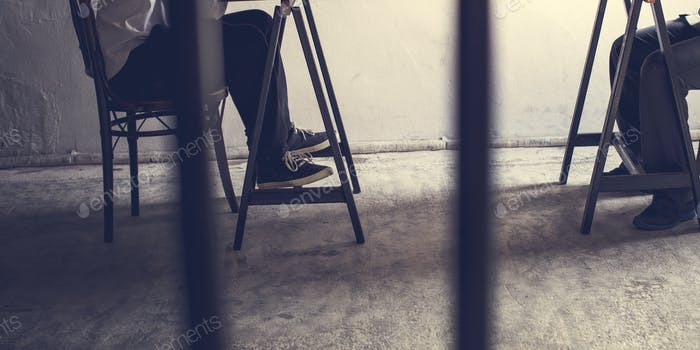 Nahaufnahme von Paaren von Beinen im Gefängnis