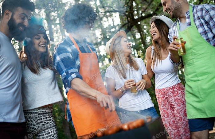 Glückliche Freunde Camping und Grillen in der Natur