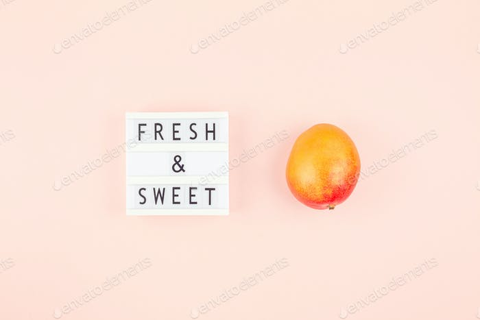 Mangofrucht in kreativer Komposition