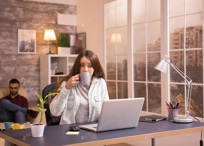 Weibliche Unternehmerin, die von zu Hause aus auf Laptop arbeiten