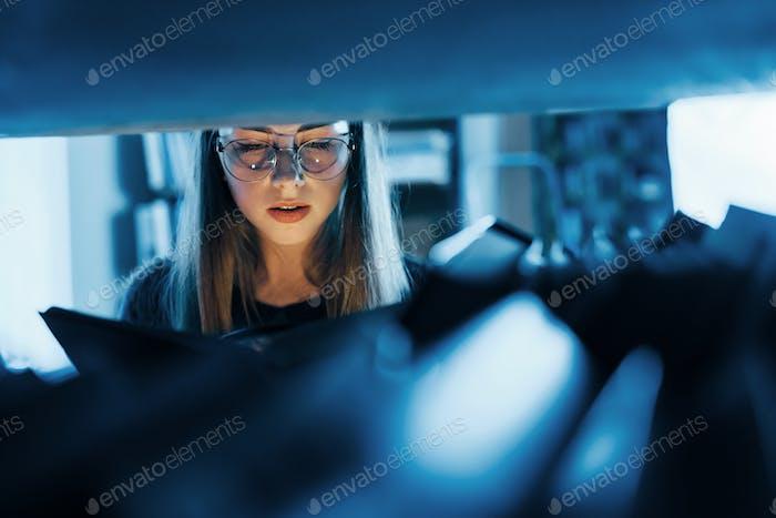 Licht geht aus dem Buch. Weibliche Studentin ist in der Bibliothek, die voller Bücher. Konzeption der Bildung