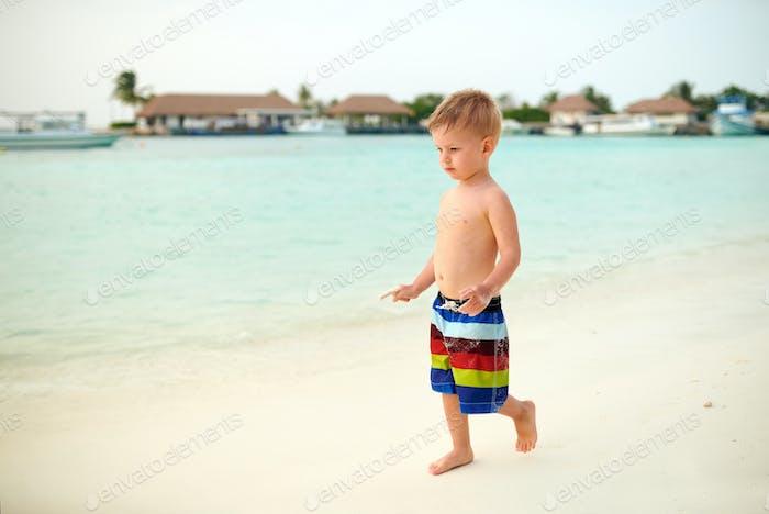 Drei Jahre alt Kleinkind Junge am Strand in der Dämmerung
