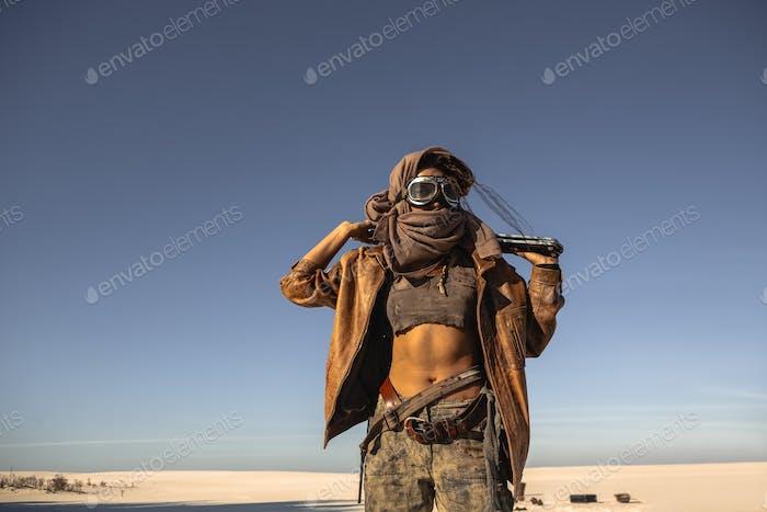 Post-apokalyptische Kriegerin im Freien in einem Ödland