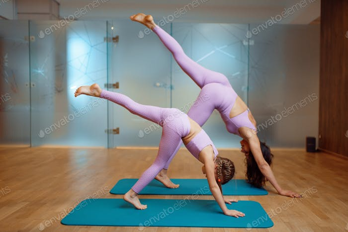 Mamá y hija en gimnasio, ejercicio en movimiento
