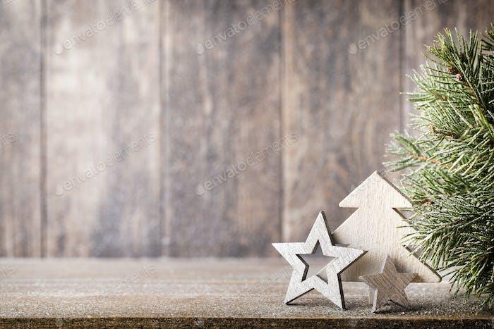 Weihnachtstanne Zweig und Dekor, auf dem hölzernen Hintergrund.