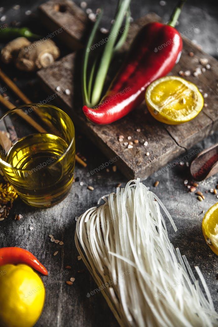 Set von Produkten zum Kochen von Reisnudeln