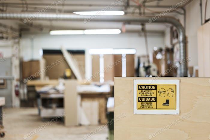 Das Innere einer holzbearbeitenden Fabrik zeigt ein Zeichen für Sicherheitsausrüstung.