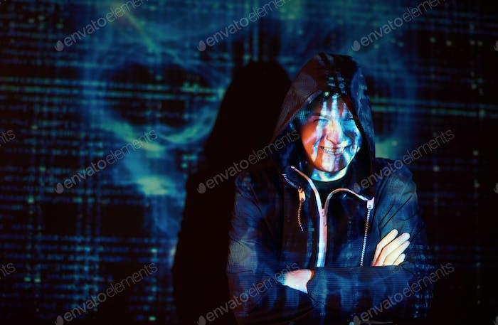 Ciberataque con hacker con capucha irreconocible usando realidad virtual, efecto de falla digital