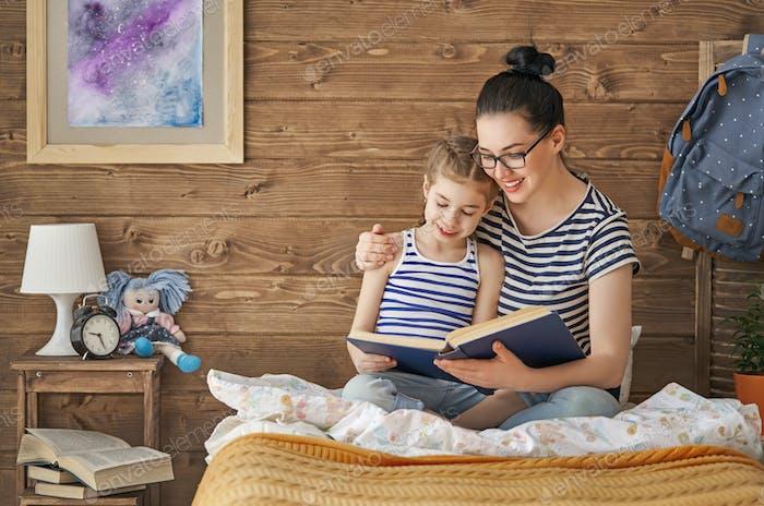 Mutter liest ein Buch