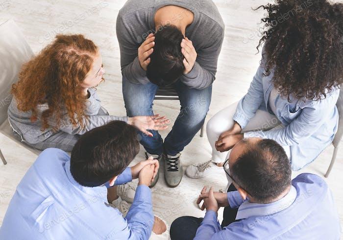 Gruppe von verschiedenen Menschen, die ihre Probleme im Vertrauenskreis diskutieren