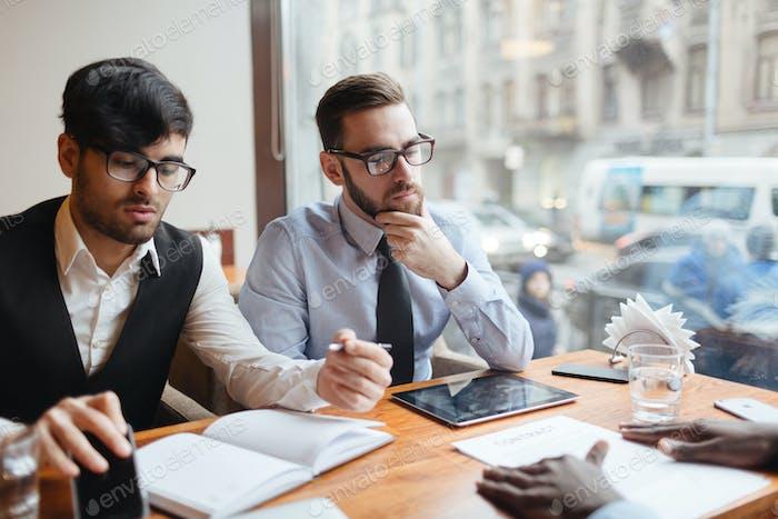 Männer brainstorming