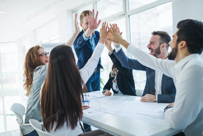 Geschäftskollegen feiern erfolgreiches Geschäftsjahr