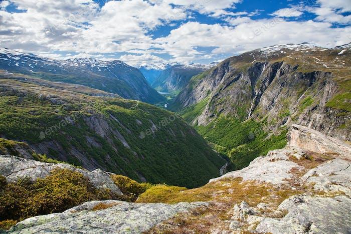Blick auf die Berge auf Eikesdalen vom Aussichtspunkt Aurstaupet bei Aursj