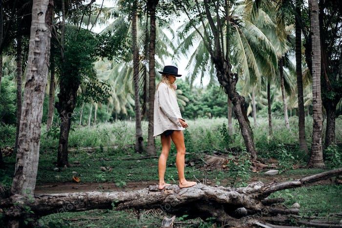 Hermosa chica en Bosque tropical