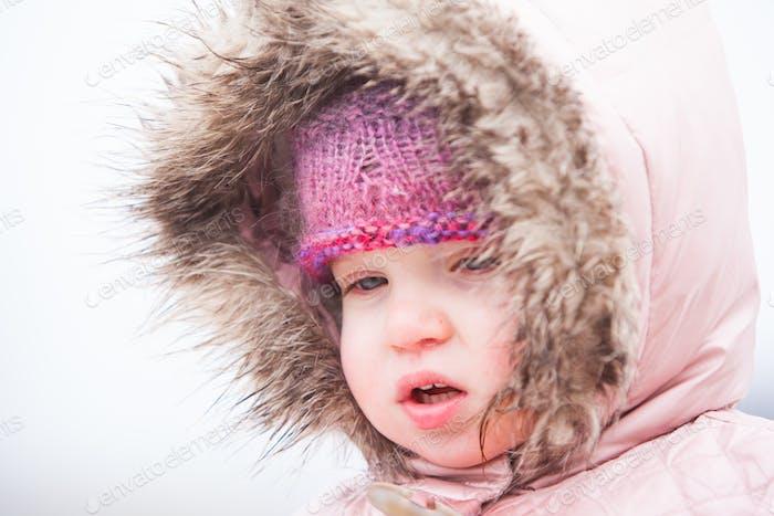 Un niño bravos el frío y la Nieve