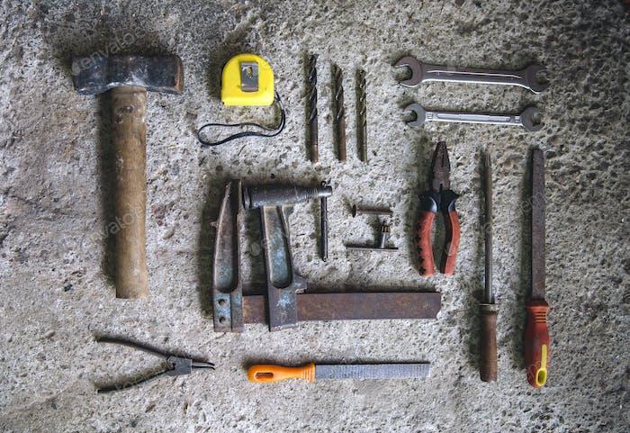 Tischlerwerkzeuge auf konkretem Hintergrund