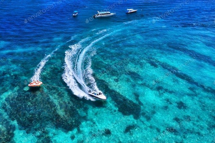 Draufsicht von der Drohne. Seelandschaft mit Motorboot in der Bucht.